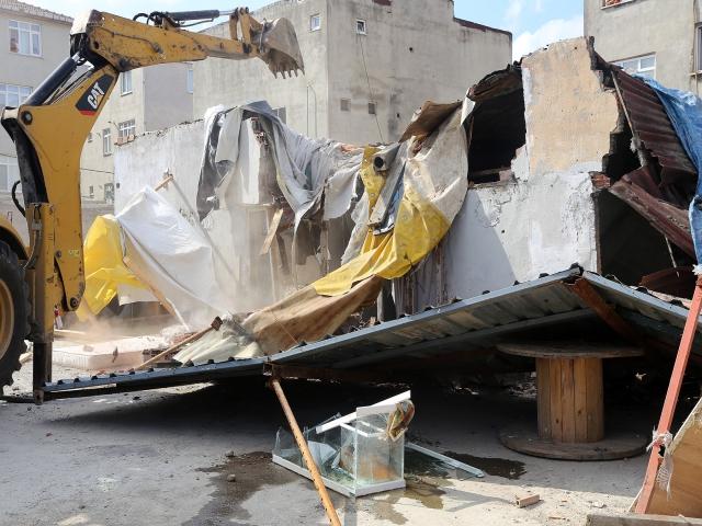 Ataşehir'deki kurbağalıdere kenarındaki baraka evler yıkıldı