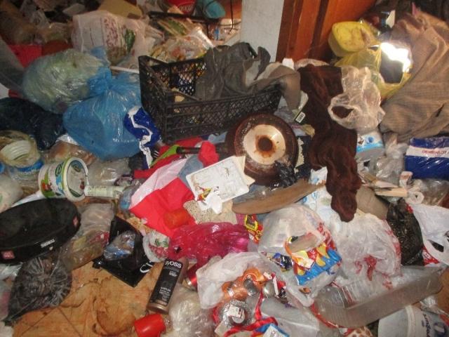 Kayışdağı'nda bir evden 10 kamyon çöp çıktı