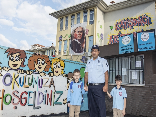 Ataşehir'de okul önlerine zabıtalı önlem alındı