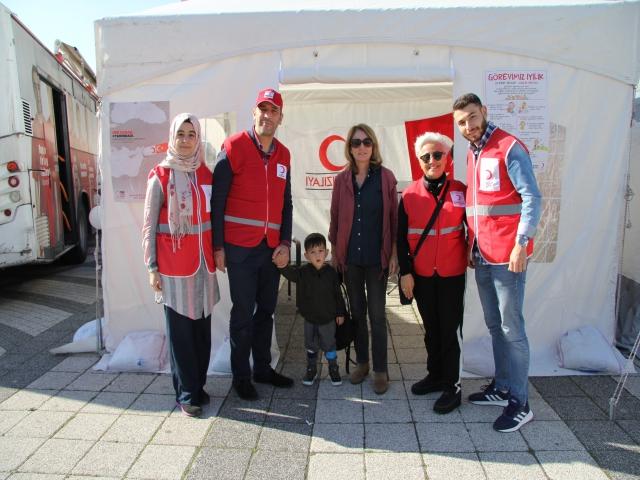 Novada AVM Önünde Kan Bağışı Kampanyası ile Afet Çadırı Bilgilendirmesi Gerçekleştirildi