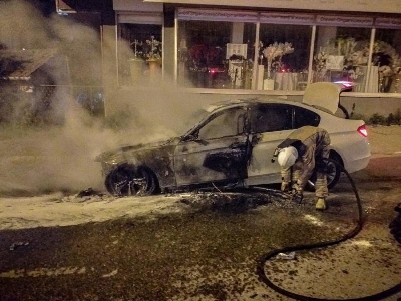 Ataşehir'de lüks araç yanarak kullanılamaz hale geldi