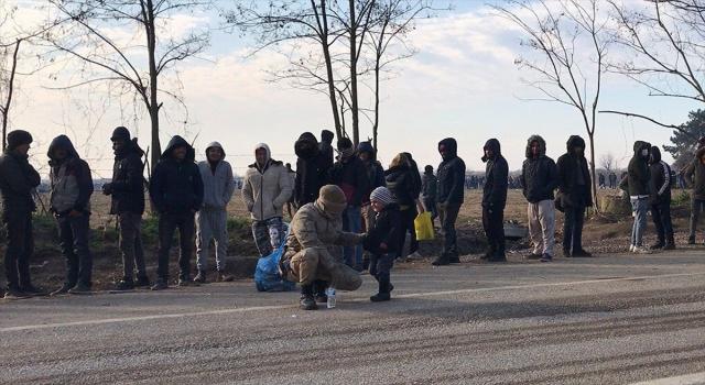Mehmetçik sınırda bekleyen sığınmacı çocuklara arkadaşlık ediyor