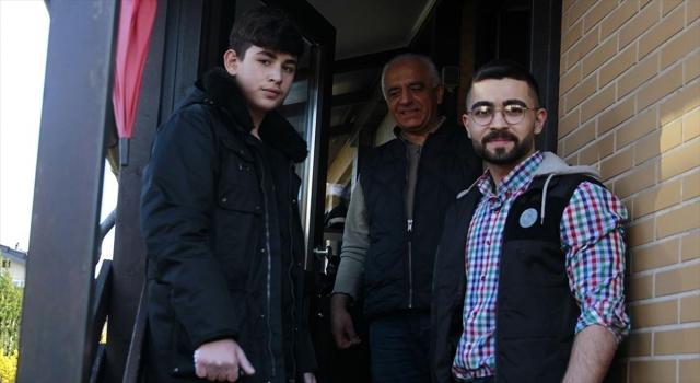 Almanya'da Müslüman gençlerden Kovid19 nedeniyle dışarı çıkamayan yaşlılara yardım