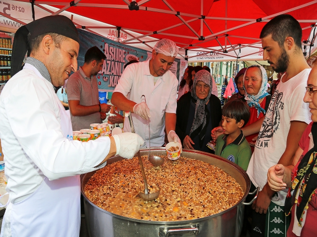 Ataşehir'de Geleneksel Aşure Kazanları Kaynamaya Başladı