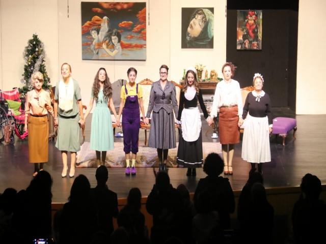 Ataşehir Belediyesi Tiyatro Topluluğu '8 Kadın' Tiyatroseverle Buluştu
