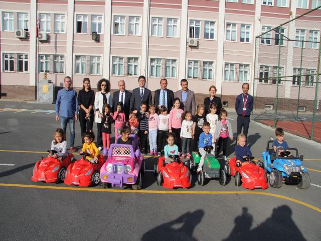Ataşehir'deki okul öncesi öğrencilerine uygulamalı trafik kuralları eğitimi veriliyor