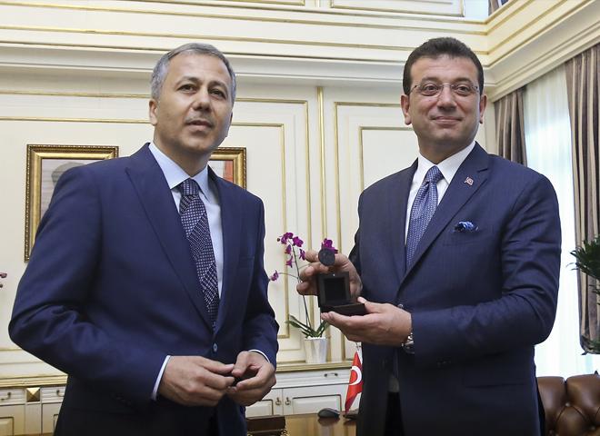 Ekrem İmamoğlu, Başkanlık Mührünü ve Görevini Vali Yerlikaya'dan devraldı