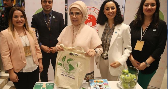 Emine Erdoğan, Ataşehir'deki Cemre Çarşısı'nı Gezdi
