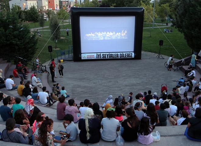 Ataşehir'de Açık Hava'da Yazlık Sinema Keyfi ve Heyecanı Sürüyor