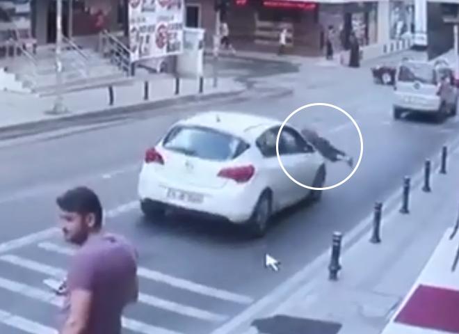 Ataşehir'de 4 katlı binada temizlik yapan kadın otomobilin üzerine düştü